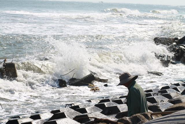 Quảng Ngãi: sóng hất 2 ngư dân xuống biển, 1 người mất tích - Ảnh 1.