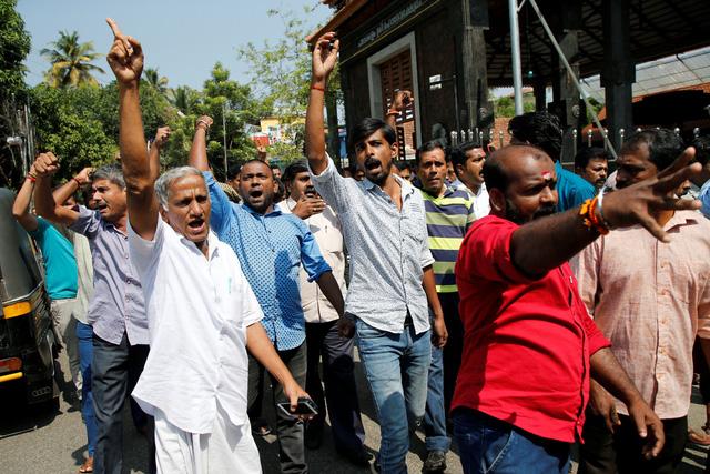 Phụ nữ bước vào đền thiêng, biểu tình nổi lên dữ dội ở Ấn Độ - Ảnh 1.