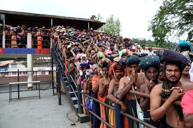 Phụ nữ bước vào đền thiêng, biểu tình nổi lên dữ dội ở Ấn Độ - Ảnh 6.