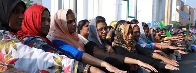 Phụ nữ bước vào đền thiêng, biểu tình nổi lên dữ dội ở Ấn Độ - Ảnh 4.