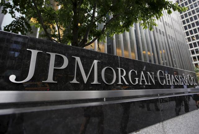 Nhiều ngân hàng lớn cắt giảm ưu đãi thẻ tín dụng - Ảnh 1.