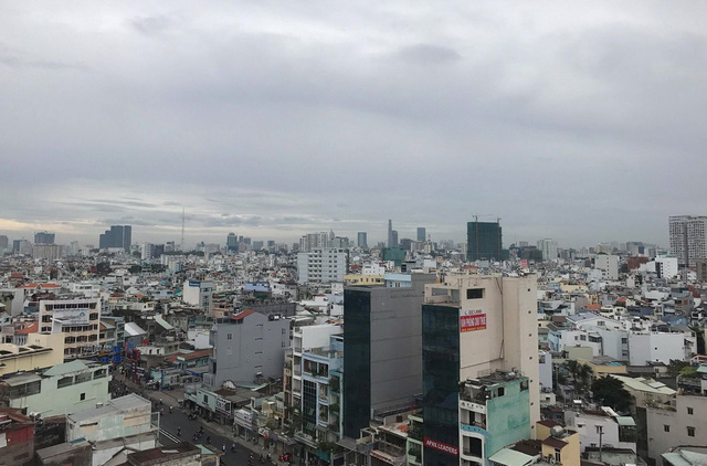 Người Sài Gòn đón năm mới trong se lạnh, mưa rào - Ảnh 2.