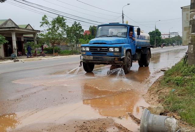 Dân chặn xe tải vì để bùn đất rơi đầy đường - Ảnh 4.