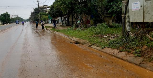Dân chặn xe tải vì để bùn đất rơi đầy đường - Ảnh 3.