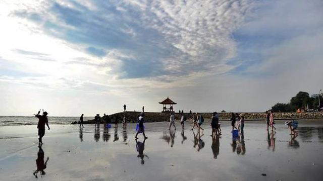 Đảo Bali đánh thuế du khách để bảo vệ môi trường - Ảnh 1.