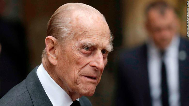 Nữ hoàng Anh, Hoàng thân Philip lại lái xe không thắt dây an toàn tuổi 90 - Ảnh 2.