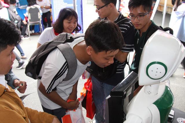 Học sinh thích thú nghe robot tư vấn tuyển sinh và... chỉ đường - Ảnh 2.