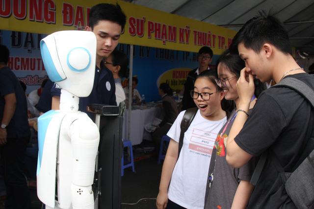 Học sinh thích thú nghe robot tư vấn tuyển sinh và... chỉ đường - Ảnh 1.