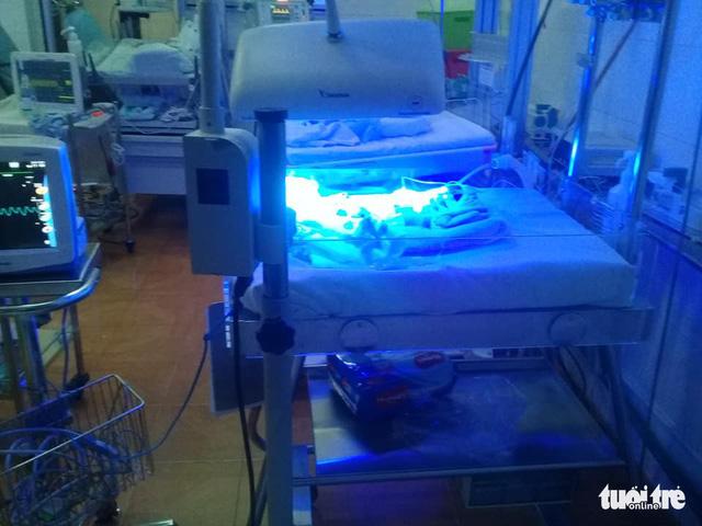 Cứu sống bé sơ sinh chỉ nặng 1,2kg bị bỏ rơi trong giá rét - Ảnh 1.
