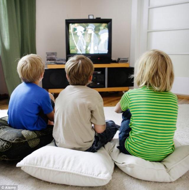 """Trẻ nhỏ """"ngồi lì"""" trước tivi hơn 1 giờ/ngày có nguy cơ bị béo phì - Ảnh 1."""