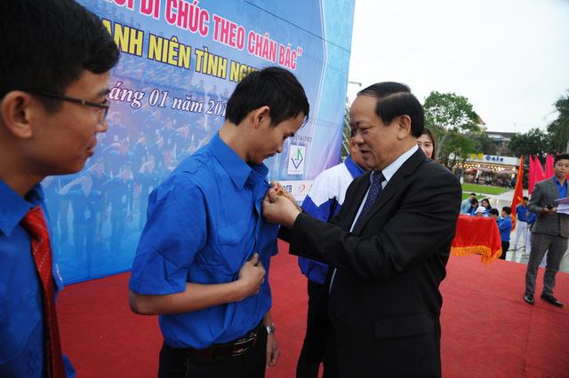 4 thanh niên cứu người trong lũ được trao, truy tặng huy hiệu Tuổi trẻ dũng cảm - Ảnh 2.