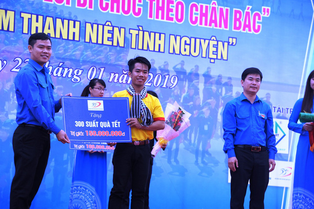 4 thanh niên cứu người trong lũ được trao, truy tặng huy hiệu Tuổi trẻ dũng cảm - Ảnh 3.
