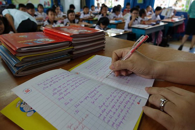 Bộ Giáo dục chấn chỉnh việc lạm dụng hồ sơ, sổ sách trong nhà trường - Ảnh 1.