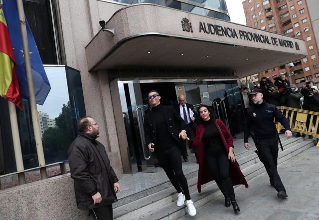 Ronaldo bị phạt gần 19 triệu euro và 23 tháng tù treo vì trốn thuế - Ảnh 1.
