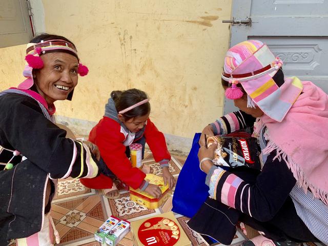 Quà bạn đọc Tuổi Trẻ đến với trò nghèo vùng biên giới Phong Thổ - Ảnh 4.