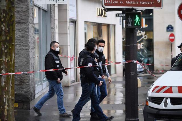 Cướp ngân hàng và tẩu thoát như phim hành động ở trung tâm Paris - Ảnh 1.