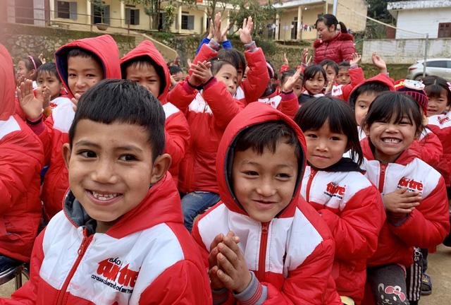 Quà bạn đọc Tuổi Trẻ đến với trò nghèo vùng biên giới Phong Thổ - Ảnh 3.