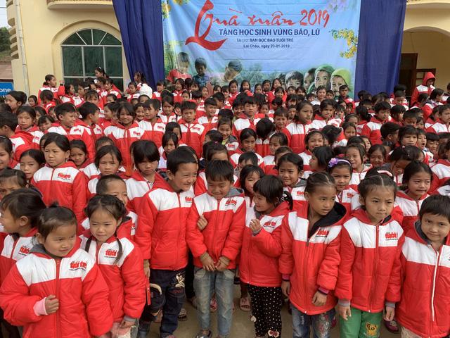 Quà bạn đọc Tuổi Trẻ đến với trò nghèo vùng biên giới Phong Thổ - Ảnh 5.