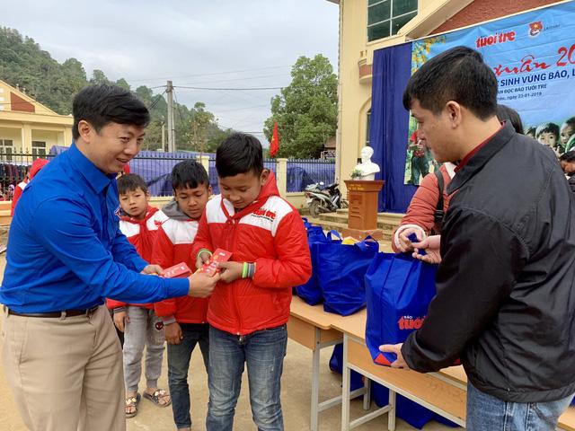 Quà bạn đọc Tuổi Trẻ đến với trò nghèo vùng biên giới Phong Thổ - Ảnh 2.
