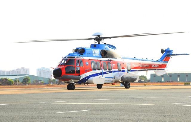 Trực thăng đưa sản phụ từ đảo Sinh Tồn về Khánh Hòa cấp cứu - Ảnh 1.