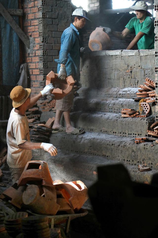 Lò gốm cuối cùng ở xóm Lò Gốm với nghề làm ông Táo - Ảnh 8.