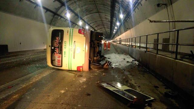 Xe khách va thành hầm Hải Vân, 5 người bị thương - Ảnh 1.