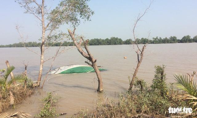 Tàu chở cát lật úp trên sông Tiền, 1 người tử vong - Ảnh 1.