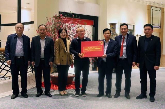 HLV Park Hang Seo nhận quà của Thủ tướng, về Hàn Quốc ăn tết - Ảnh 1.