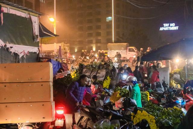 Đêm không ngủ những ngày giáp Tết ở chợ hoa Quảng An - Ảnh 4.
