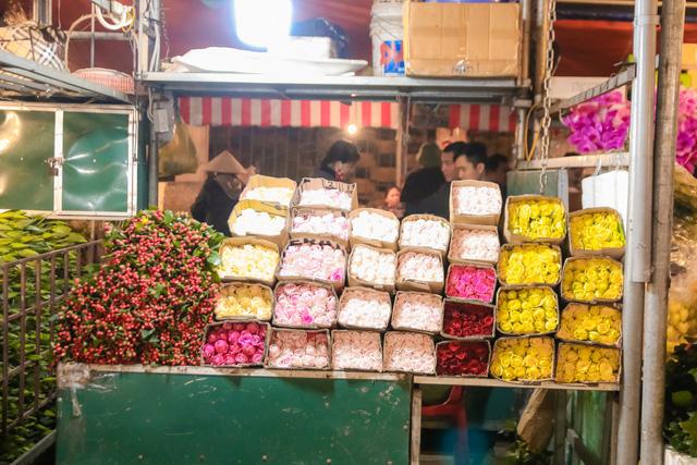 Đêm không ngủ những ngày giáp Tết ở chợ hoa Quảng An - Ảnh 13.