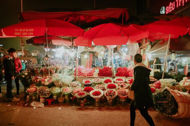 Đêm không ngủ những ngày giáp Tết ở chợ hoa Quảng An - Ảnh 12.