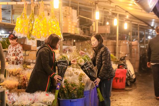 Đêm không ngủ những ngày giáp Tết ở chợ hoa Quảng An - Ảnh 15.