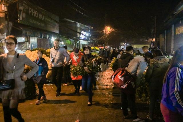 Đêm không ngủ những ngày giáp Tết ở chợ hoa Quảng An - Ảnh 14.