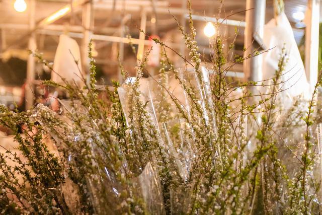 Đêm không ngủ những ngày giáp Tết ở chợ hoa Quảng An - Ảnh 16.
