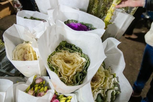 Đêm không ngủ những ngày giáp Tết ở chợ hoa Quảng An - Ảnh 19.