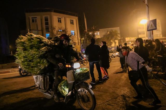 Đêm không ngủ những ngày giáp Tết ở chợ hoa Quảng An - Ảnh 3.