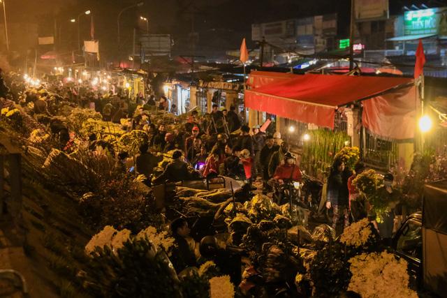 Đêm không ngủ những ngày giáp Tết ở chợ hoa Quảng An - Ảnh 2.