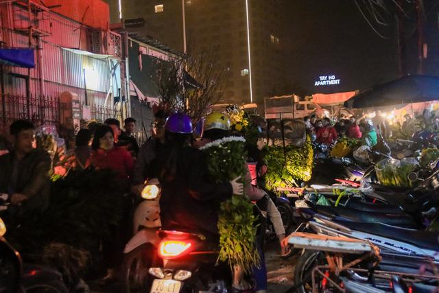 Đêm không ngủ những ngày giáp Tết ở chợ hoa Quảng An - Ảnh 1.