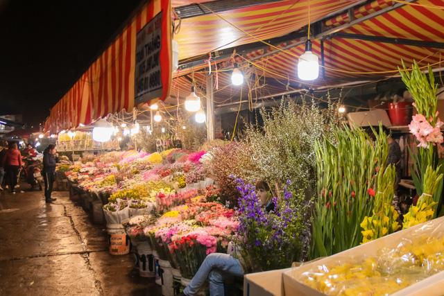 Đêm không ngủ những ngày giáp Tết ở chợ hoa Quảng An - Ảnh 6.