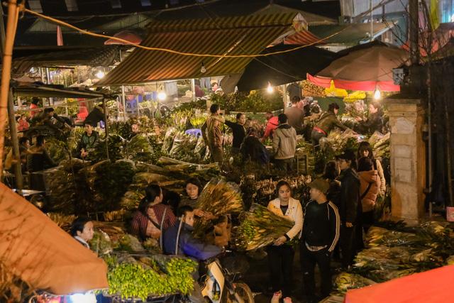 Đêm không ngủ những ngày giáp Tết ở chợ hoa Quảng An - Ảnh 5.