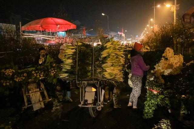 Đêm không ngủ những ngày giáp Tết ở chợ hoa Quảng An - Ảnh 9.
