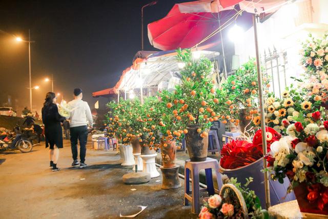 Đêm không ngủ những ngày giáp Tết ở chợ hoa Quảng An - Ảnh 7.