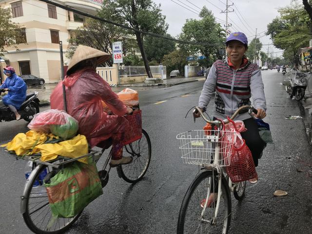 Nhìn chị đạp chiếc xe cũ mèm tới trả lại ví tiền, tôi khóc - Ảnh 6.