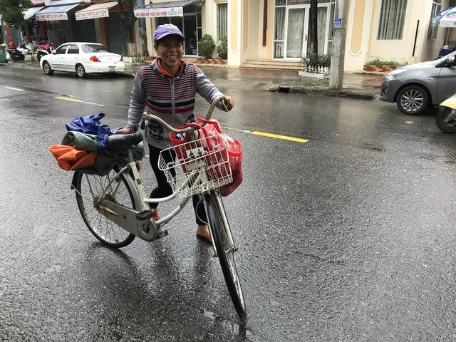 Nhìn chị đạp chiếc xe cũ mèm tới trả lại ví tiền, tôi khóc - Ảnh 5.