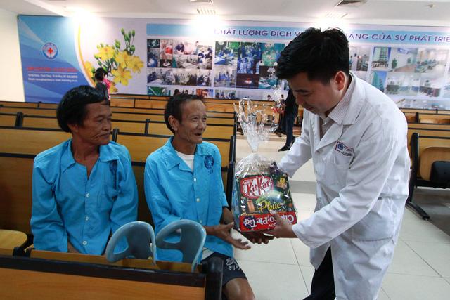 Mang Tết sớm đến với bệnh nhân miền Trung - Ảnh 5.