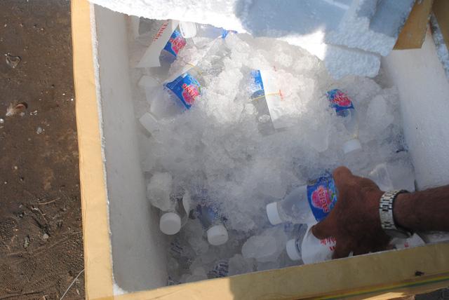 Ấm lòng trạm nước suối, khăn lạnh miễn phí cho người về quê - Ảnh 4.