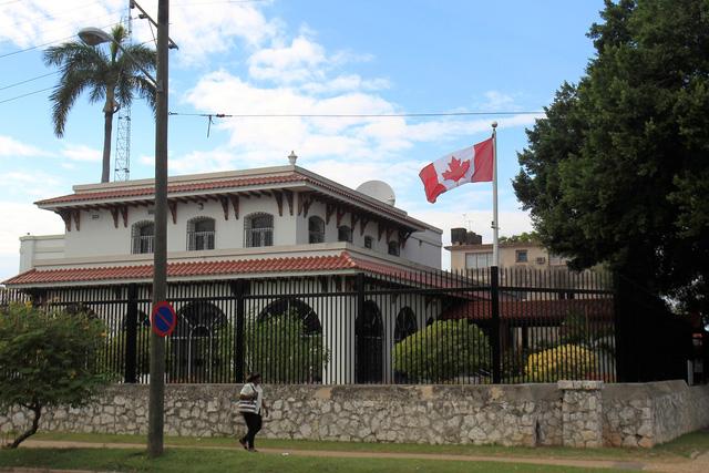 Canada rút nửa số nhân viên ngoại giao tại Cuba vì sợ bệnh lạ - Ảnh 1.
