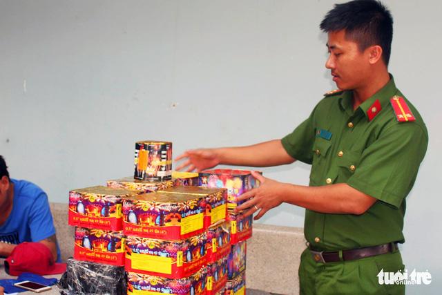 Đồng Nai: Bắt đối tượng mua pháo nổ trên mạng xã hội về bán - Ảnh 1.