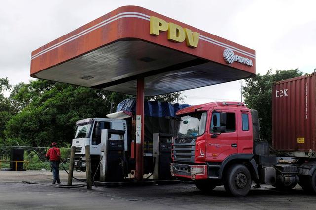 Dân Venezuela xếp hàng dài chờ mua xăng - Ảnh 1.