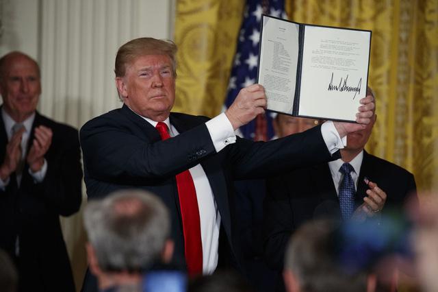Ông Trump tham vọng dẫn đầu chinh phục không gian - Ảnh 1.